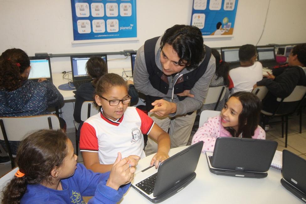 Diretor da Khan Academy na América Latina visita escolas de Taboão