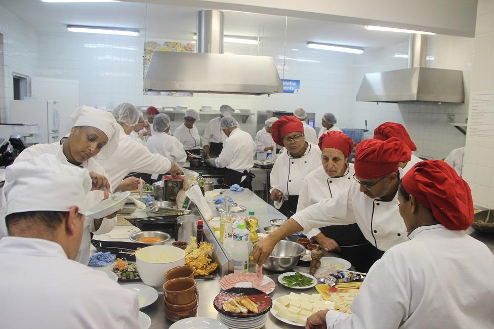 Alunos da Escola de Gastronomia encerram cursos com desafios culinários