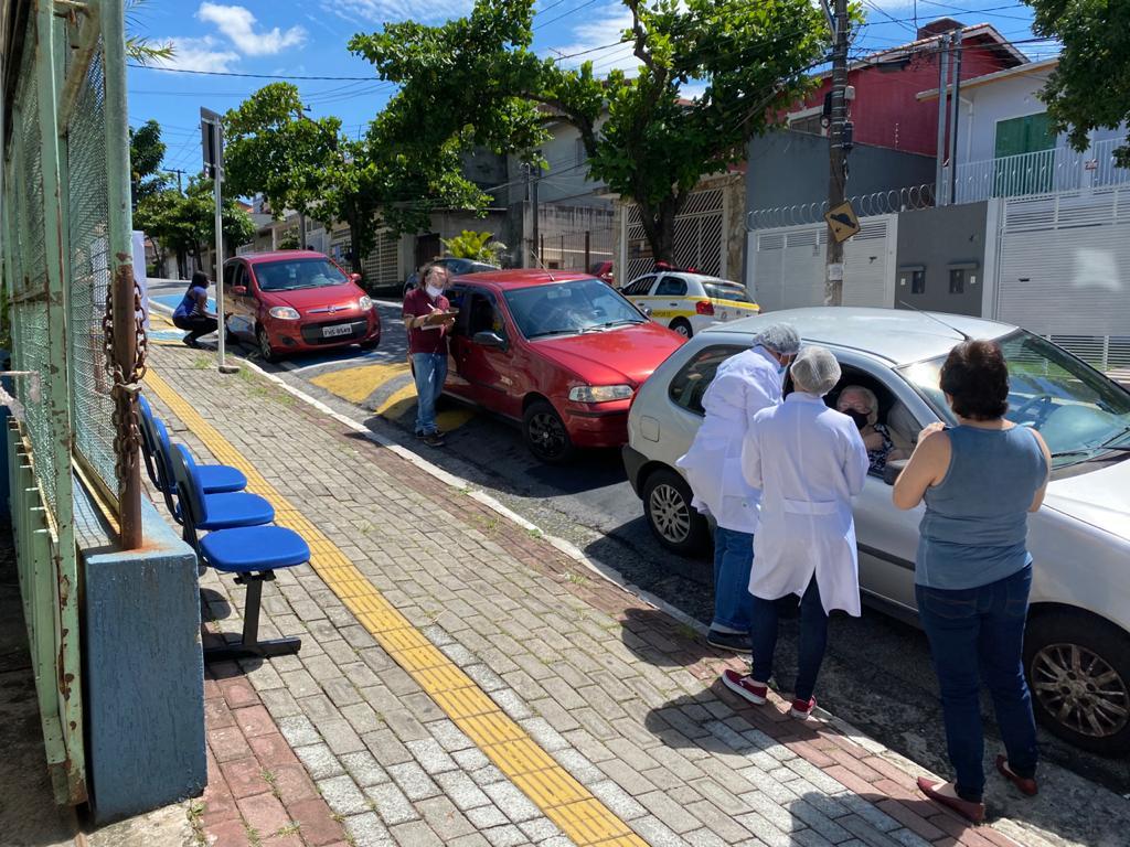 Secretaria de Saúde vacina mais de 200 idosos contra da COVID-19 em sistema Drive-Thru